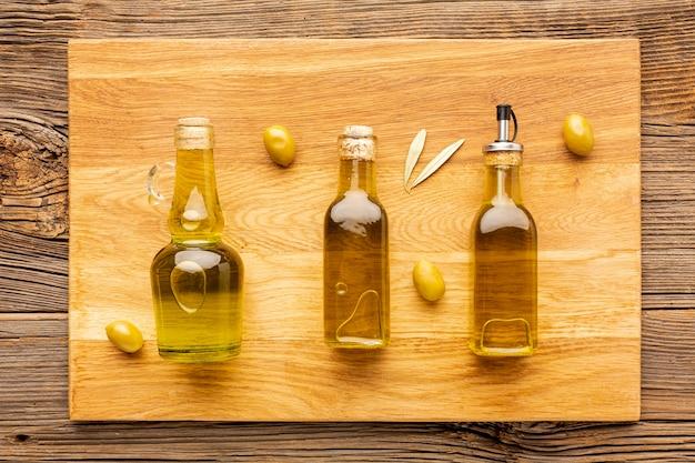 Gelbe oliven und blätter der olivgrünen flaschen