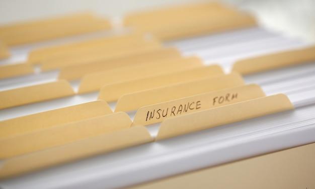 Gelbe ordner mit etiketten und papier in einer reihe