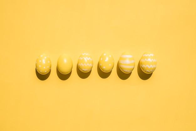 Gelbe ostereier auf dem tisch
