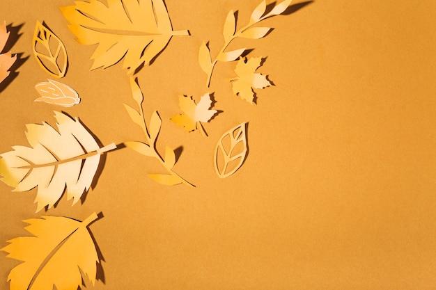 Gelbe papierbroschüren auf brauner tabelle