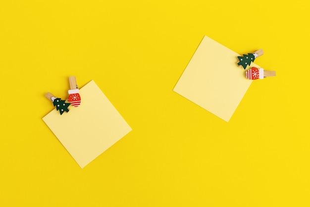 Gelbe papiernotiznotizen verzierten weihnachtsbaum.