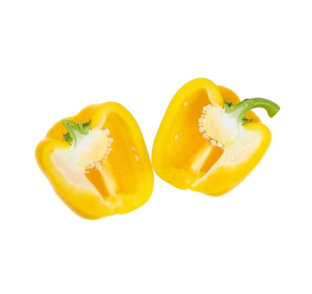 Gelbe paprika in scheiben schneiden, isoliert auf weiß