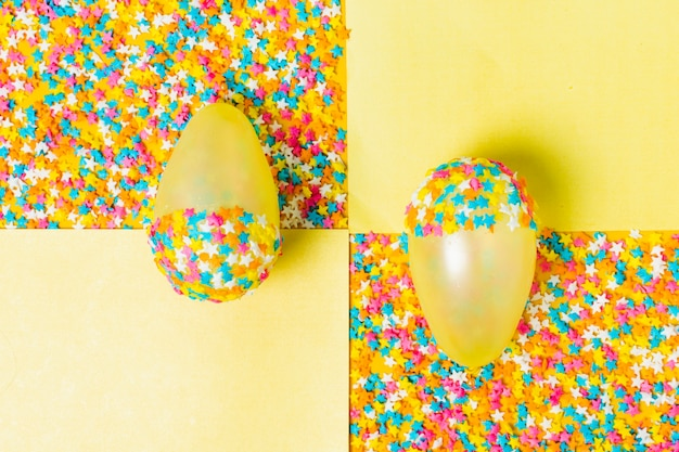 Gelbe partyballone mit sternen
