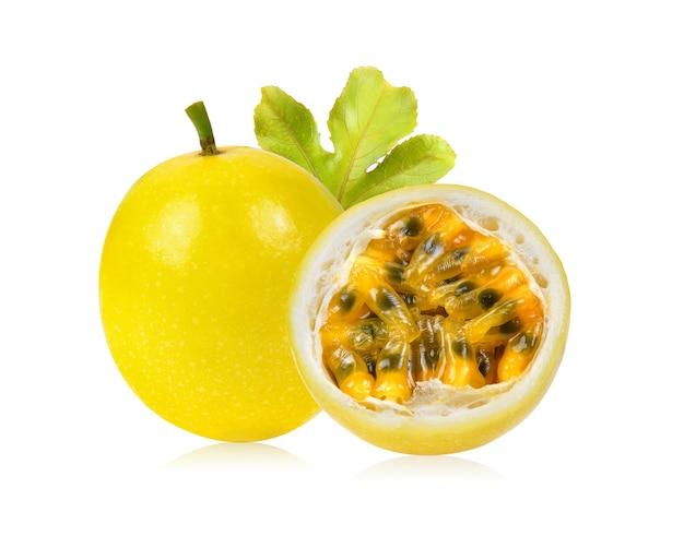 Gelbe passionsfrucht mit blatt isoliert