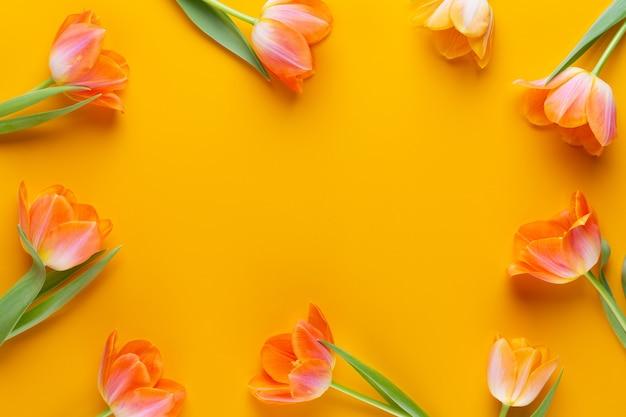 Gelbe pastellfarben tulpen auf dem gelben hintergrund