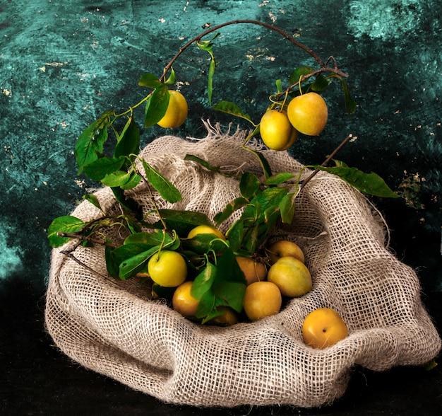 Gelbe pflaumen mit blättern
