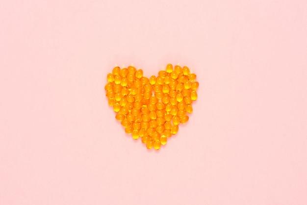 Gelbe pillen in form eines herzens angeordnet