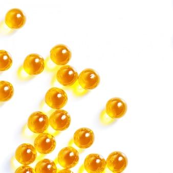 Gelbe pillentablette auf weiß