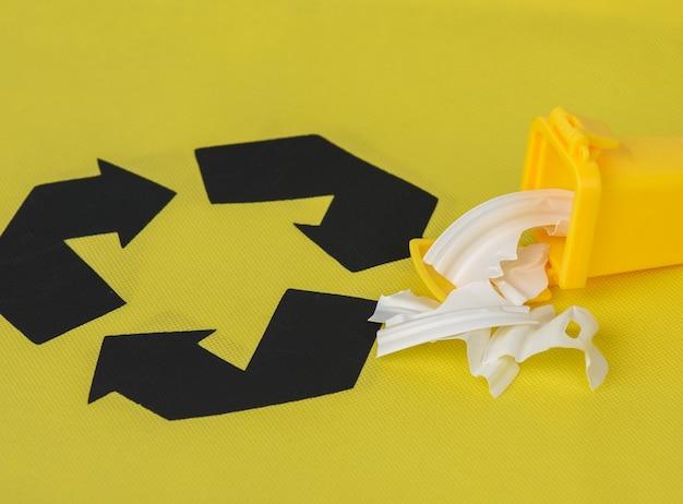 Gelbe plastikbehälter gelb, konzept der korrekten müllsortierung für das weitere recycling