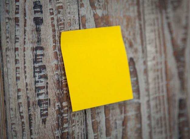 Gelbe post-it auf einer wand stecken