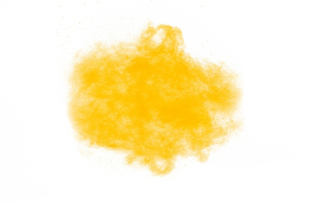Gelbe pulverexplosionswolke auf schwarzem hintergrund. bewegung von farbstaubpartikeln einfrieren.
