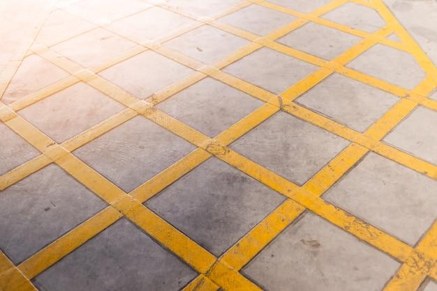 Gelbe querlinie auf straßenschild-bodensymbol