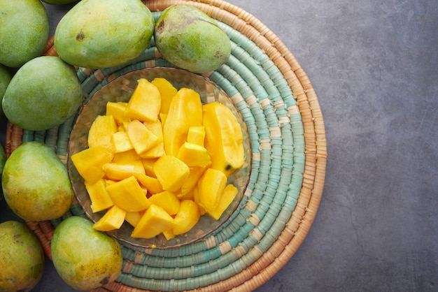 Gelbe reife mango in einer schüssel von oben nach unten