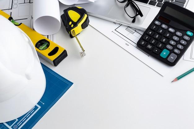 Gelbe reparaturwerkzeuge der hohen ansicht auf weißem hintergrund