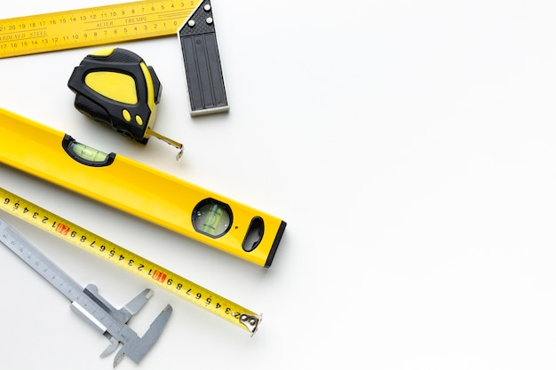Gelbe reparaturwerkzeuge mit kopienraum