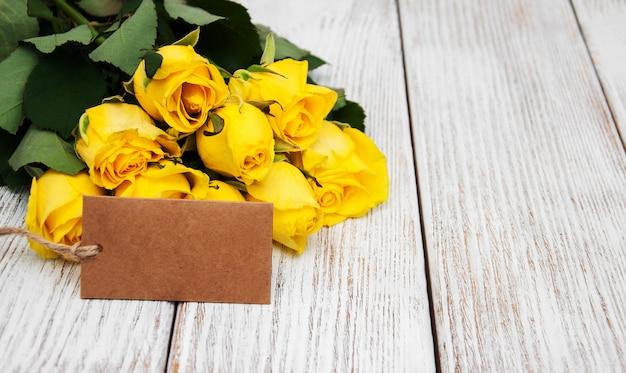 Gelbe rosen auf einem tisch
