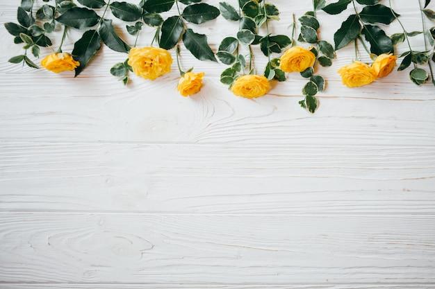 Gelbe rosen auf einem weißen tisch tisch