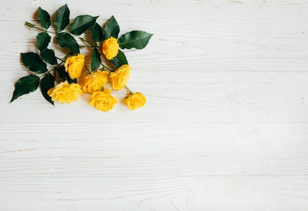 Gelbe rosen auf einer weißen tabelle, sommerkonzept