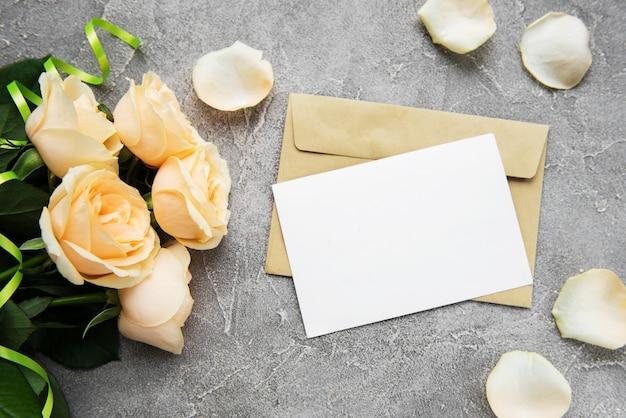 Gelbe rosen und grußkarte