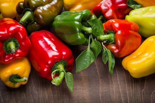 Gelbe, rote, grüne und orange paprika