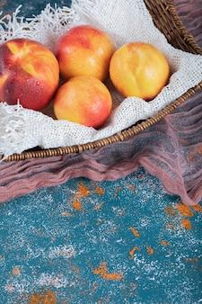 Gelbe rote pfirsiche isoliert auf weißem sackleinen.