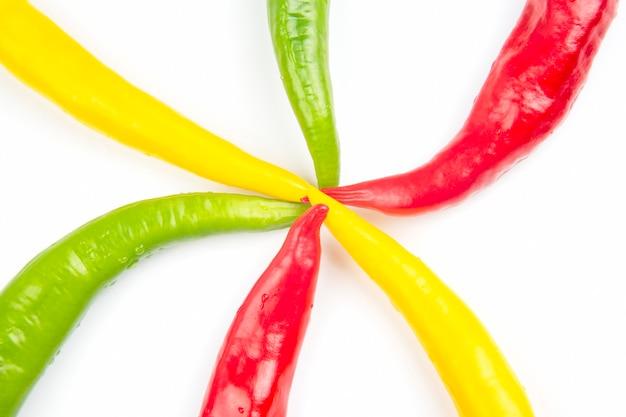 Gelbe, rote und grüne scharfe chili auf weiß. pfeffer. pflanzliche vitaminnahrung.