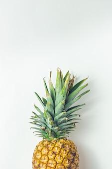 Gelbe saftige frische ananas auf grau