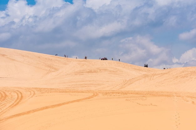Gelbe sanddünen in mui ne sind ein populärer touristischer bestimmungsort von vietnam