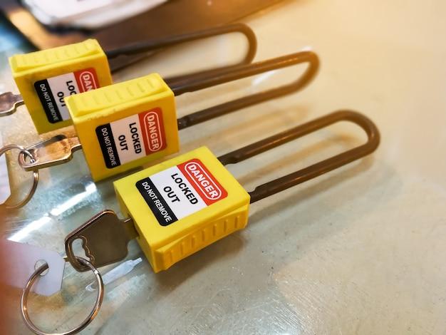 Gelbe schlüsselverriegelung und -kennzeichnung für prozessabschaltung elektrisch, abmeldetag heraus