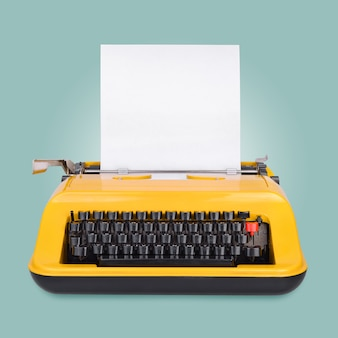 Gelbe schreibmaschine mit kopierraum oder leerem platz für ihren text auf blauer oberfläche