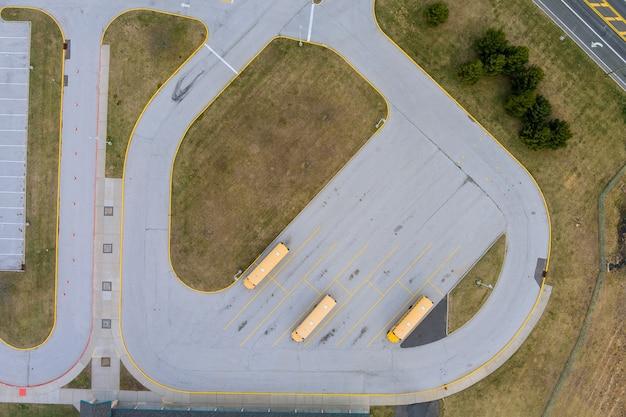 Gelbe schulbusse parkten den parkplatz des tages