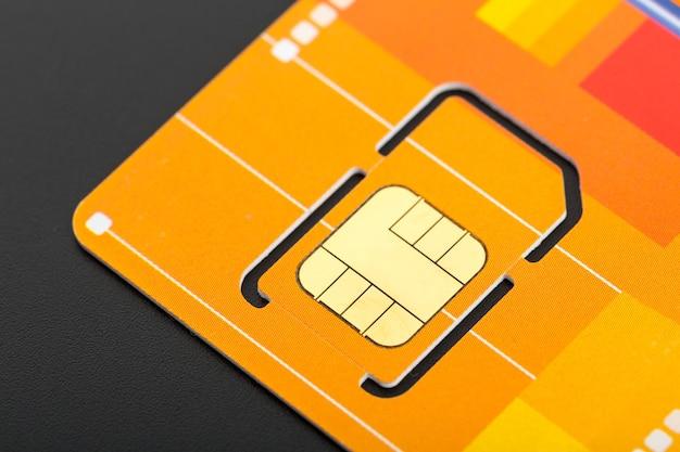 Gelbe sim-karte auf grauer karte