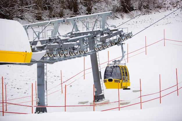 Gelbe skiliftkabine auf der skipiste in den österreichischen alpen
