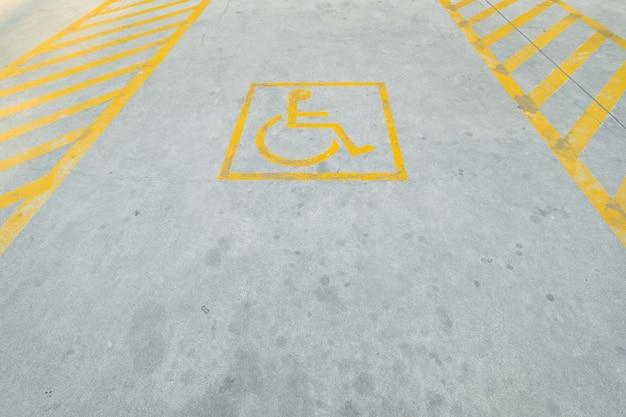 Gelbe sperrparkverkehrsschildmarkierung auf beton.