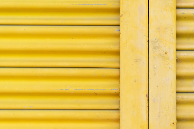 Gelbe stahltür, schöne proportionen.