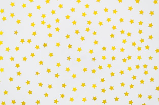 Gelbe sterne auf weißem hintergrund