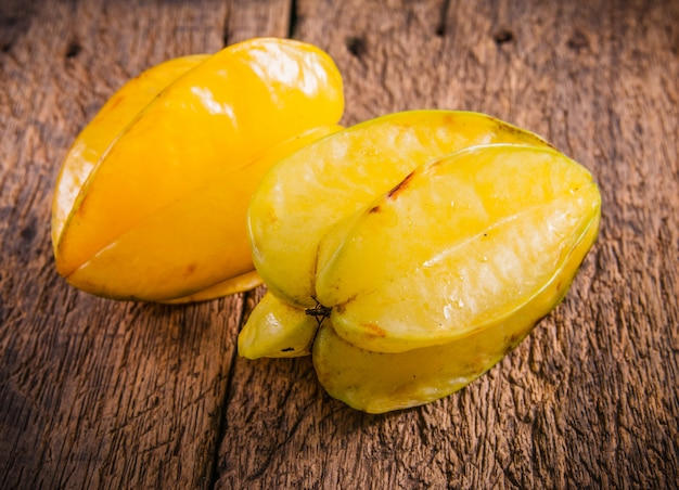 Gelbe sternfrucht oder sternapfel
