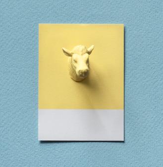 Gelbe stiere kopf auf papier
