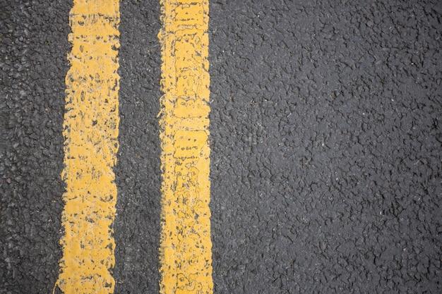 Gelbe straße auf fahrbahnmarkierung