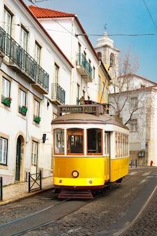 Gelbe straßenbahn 28 in alfama, lissabon, portugal