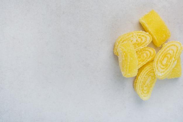 Gelbe süße marmelade auf weißem hintergrund. hochwertiges foto