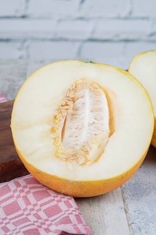 Gelbe süße melone auf dem tisch