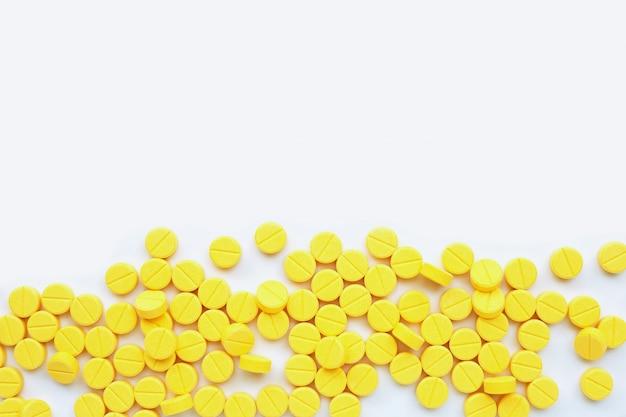 Gelbe tabletten von paracetamol auf weißem hintergrund.