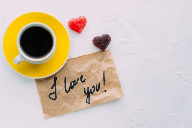 Gelbe tasse kaffee auf weißem hintergrund. beachten sie, dass ich dich liebe. platz kopieren