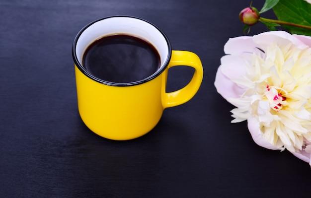 Gelbe tasse mit schwarzem kaffee