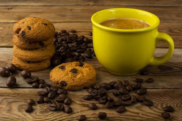 Gelbe tasse starken kaffee und kekse