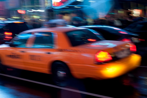 Gelbe taxis auf straßen in manhattan, new york city, usa
