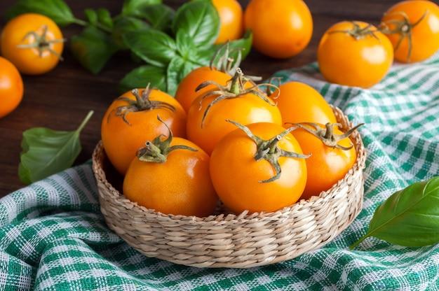Gelbe tomaten mit basilikum
