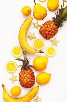 Gelbe tropische früchte auf einem weißen hintergrund