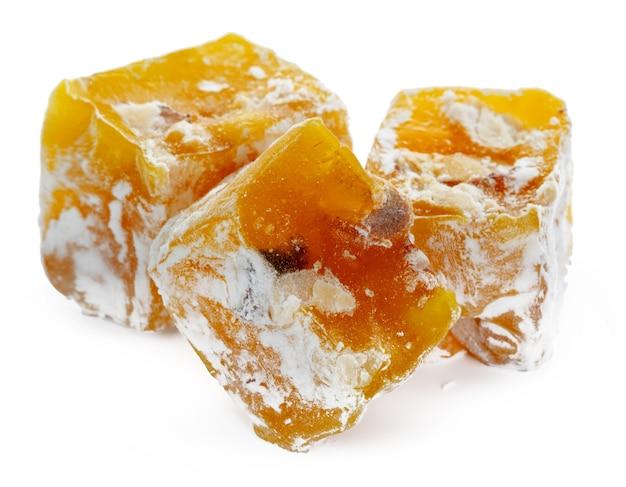 Gelbe türkische freude süßigkeiten lokalisiert auf weiß